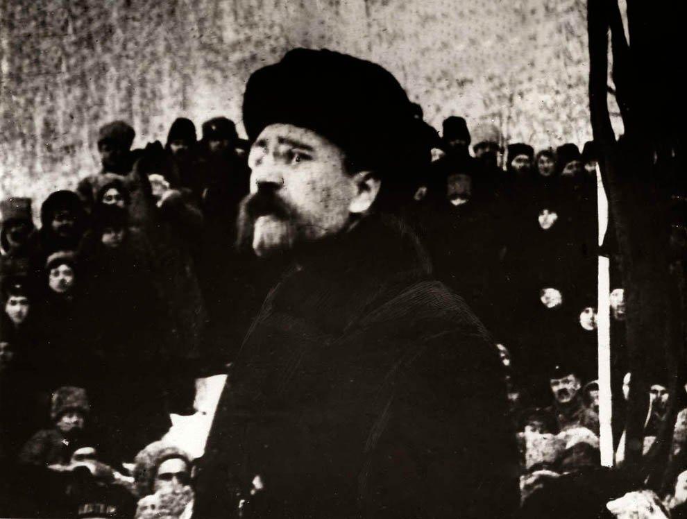 Лев Борисович Каменев на митинге.