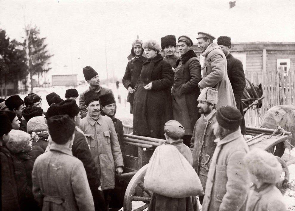 Выступление Михаила Калинина перед крестьянами.