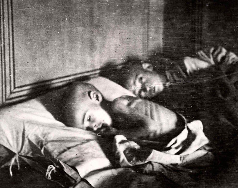 Два голодных ребенка из Поволжья.